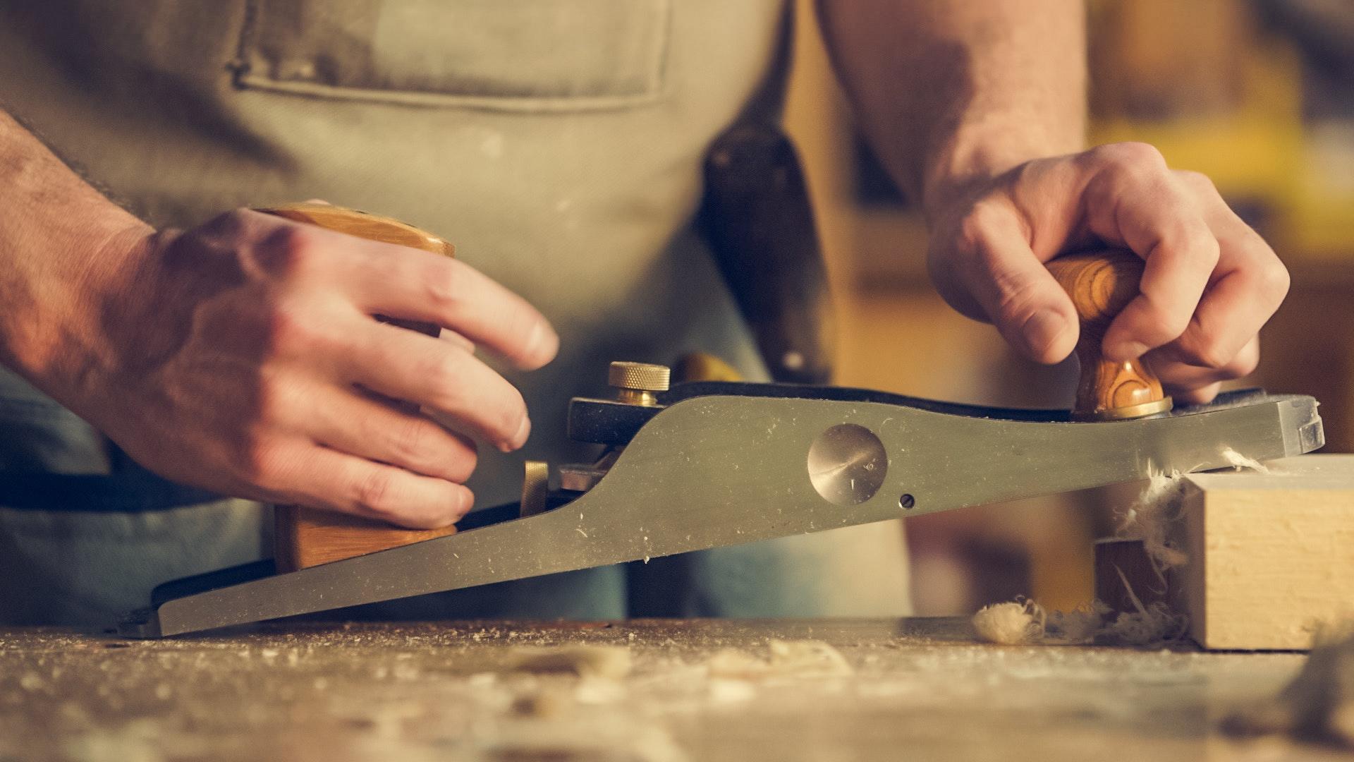 carpenter-close-up-hands-374861